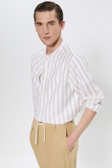 La Camisa Blanca De Sfera Se Reinventa Con Estampados Discretos Para Un Elegante Y Fresco Look De Primavera