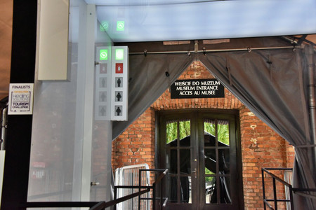 Auschwitz tiene una inquietante idea para prevenir los contagios. Desinfectar a sus visitantes