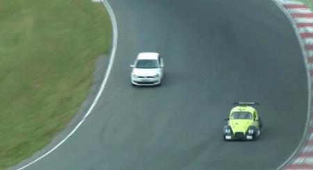 El día en que unos descerebrados se colaron durante una carrera en Brands Hatch