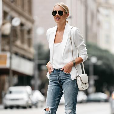 Combina tu blazer blanca con vaqueros y stilettos y obtendrás el look perfecto para un evento formal en primavera