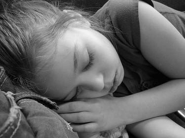 Dormir la siesta reduce la hiperactividad y la ansiedad de los niños