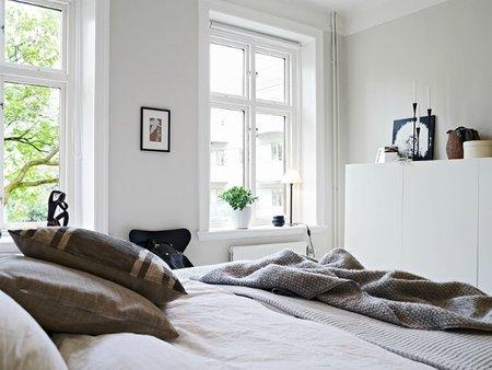 Un dormitorio en azul y blanco.