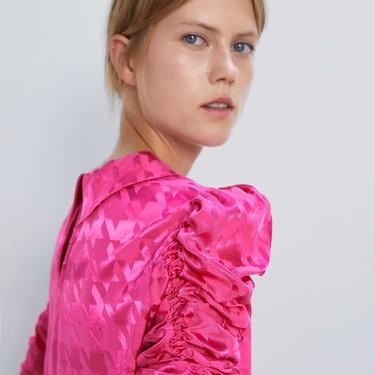 El rosa fucsia invade la nueva colección de Zara para añadir un toque (extra) de color a nuestros días otoñales