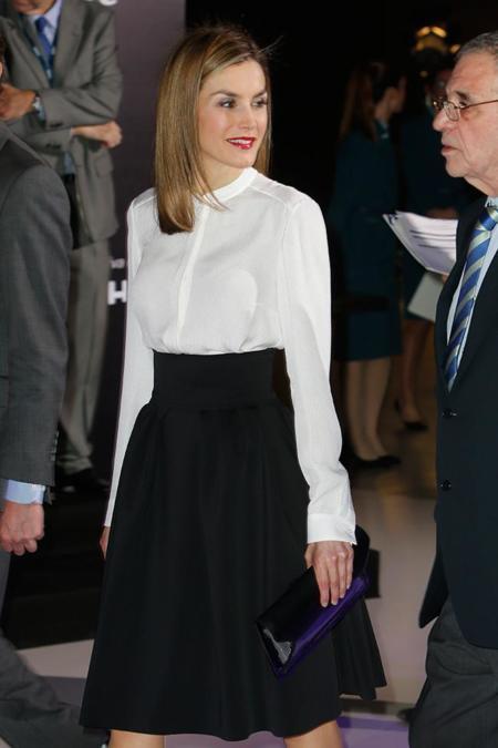 La reina Letizia se apunta a la moda de las faldas midi