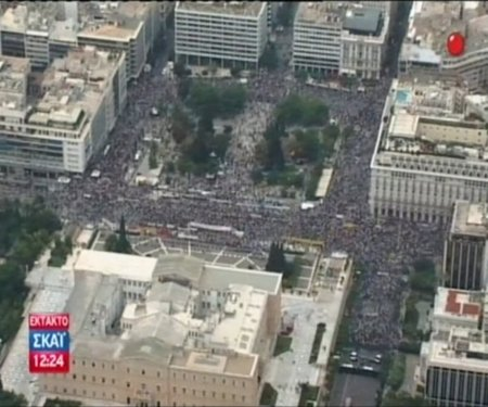 Decenas de miles de indignados griegos rodean el parlamento al grito de 'que se vayan los ladrones'