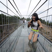 ¿Caminarías sobre un puente de cristal de 300 metros de largo a 180 metros de altura?