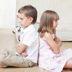 Por qué obligar a tu hijo a disculparse y abrazar tras una pelea no le servirá para aprender