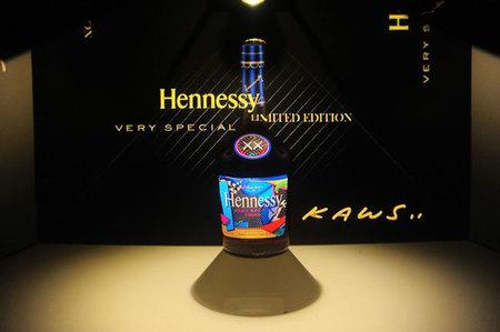 Hennessy V.S., la botella de Cognac XX vista por KAWS