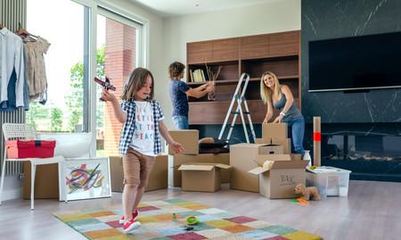Familia ordenando la casa