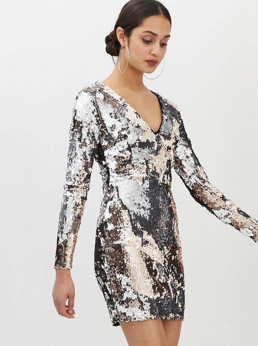Vestido con cuello en V y lentejuelas por toda la prenda de Parisian