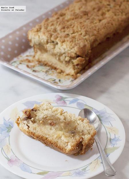 Si os gustan los postres con fruta, no dejéis pasar esta receta de pastel crujiente de manzanas y pasas