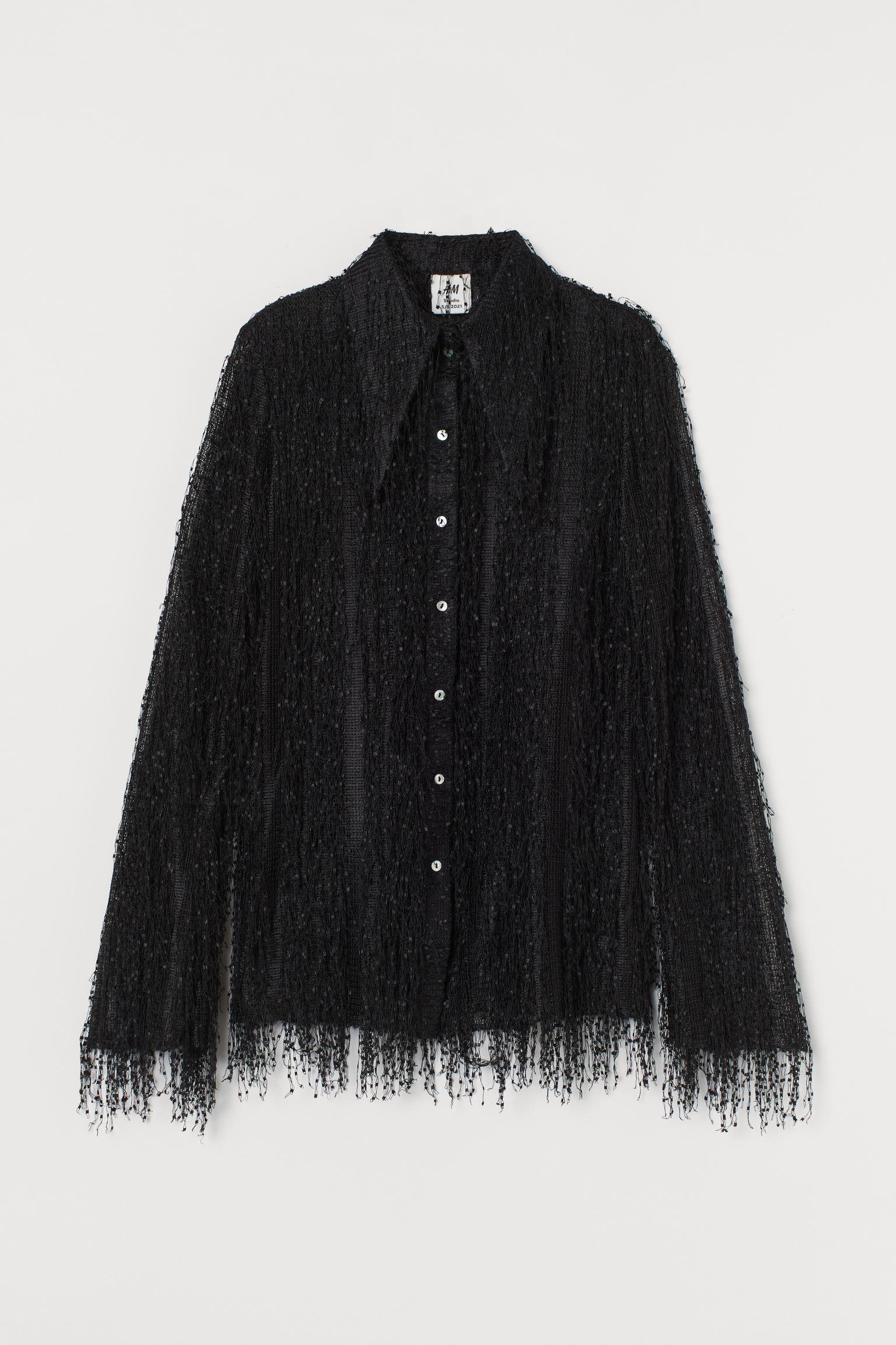 Studio Collection. Camisa transparente en tejido holgado con flecos. Modelo recto con cuello de pico sobredimensionado, botones nacarados delante y mangas trompeta largas.
