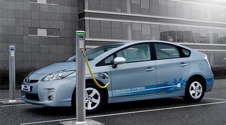 Toyota Prius en poste de recarga, ¿Se puede instalar car audio?