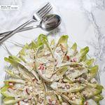 Ensalada de endivias, surimi y salsa roquefort. Receta fácil y sabrosa