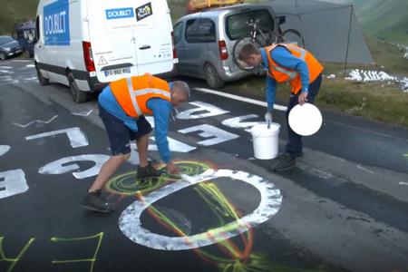 Los héroes que se dedican a borrar penes de las carreteras del Tour de Francia