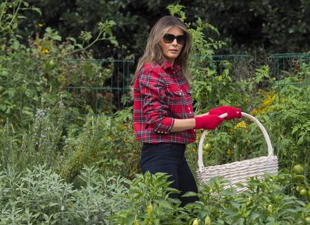 Melania Trump da lecciones de jardinería con una camisa de más de mil euros