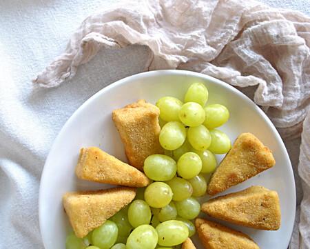 Triángulos de Camembert fritos.