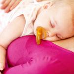 Y ahora sí, ahora sí es recomendable limpiar el chupete del bebé mediante la saliva de sus padres, según el último estudio