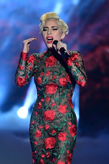 Lady Gaga lleva la moda española más flamenca al desfile de Victoria's Secret