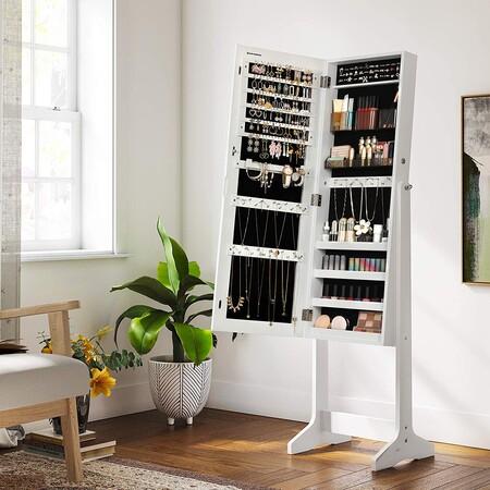 Ordenar y organizar nuestras joyas y maquillaje en nuestro dormitorio es muy fácil con este armario con espejo (que además está rebajado)