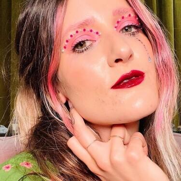 La maquilladora de Euphoria usa sombras de ojos para teñirse el pelo de colores y si eres rubia podrás copiar su técnica