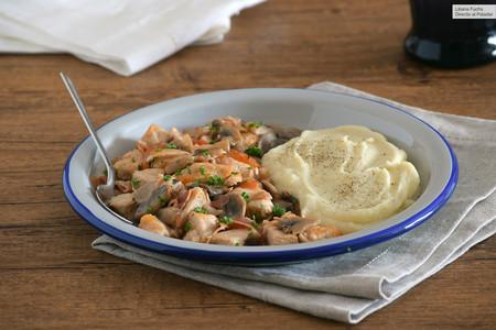 Pollo en salsa cazadora o chasseur fácil: receta rápida de un delicioso guiso con champiñones