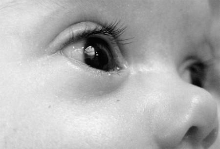 Mi bebé cruza los ojos y se pone bizco, ¿es normal?