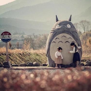 Unos abuelos japoneses crean para sus nietos la icónica parada de autobús de Totoro, como en la película