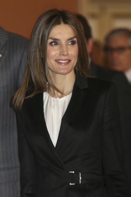 Doña Letizia repite estilismo en blanco y negro