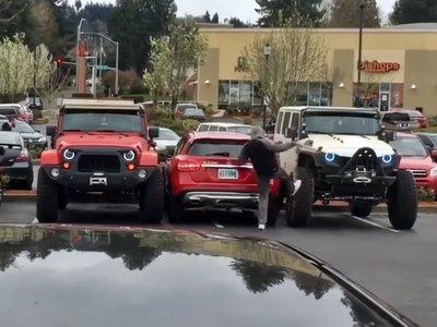 Estos dos Jeep están muy cabreados y han salido a dar lecciones a los que aparcan mal