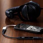 Este es el THX Onyx, un diminuto DAC-amplificador de bolsillo pensado para mejorar el sonido de tu smartphone, PC o Mac