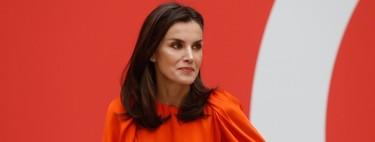 La reina Letizia recupera su falda de animal print de Roberto Verino, pero le da un toque de color con una blusa de Zara