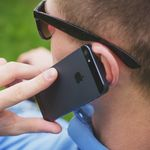 Apple te recomienda no hablar con el teléfono pegado a la cabeza, pero no es la única