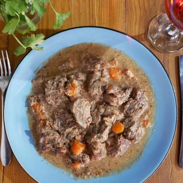 Estofado fácil de ternera con mostaza en olla de cocción lenta: una de nuestras recetas favoritas para Crock-Pot