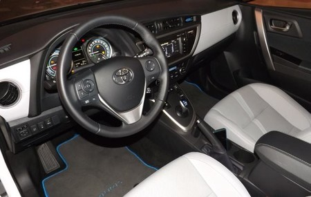 Toyota Auris Hybrid interior plazas delanteras