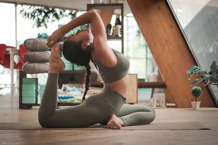 Cinco posturas de yoga para fortalecer tus abdominales y afinar tu cintura entrenando en casa
