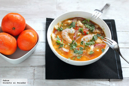 Ceviche de merluza, langostinos y mandarina. Receta ligera