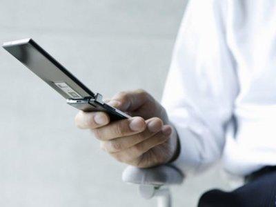 Japón es diferente: mientras los smartphones bajan en ventas, los viejos flip-phones suben