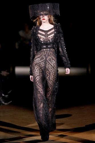 Givenchy Alta Costura Primavera-Verano 2010: una colección dominada por las transparencias. Look completo