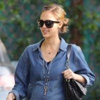 Jessica Alba elige los looks y el estilo cómodo para su embarazo