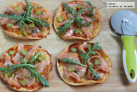 Receta de pizzetas individuales de salmón y rúcula