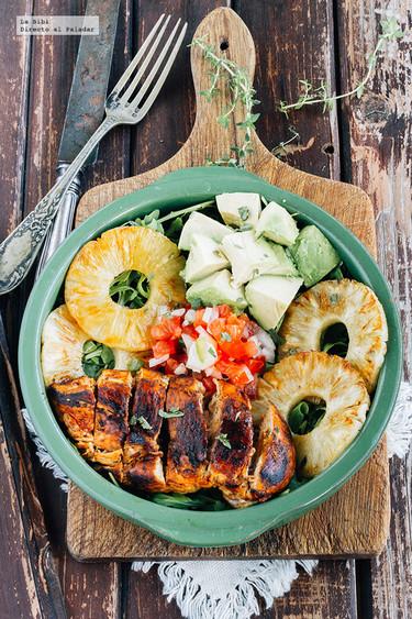 Ensalada de pollo, piña y aguacate. Receta de primavera