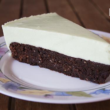 Tarta de brownie de chocolate y mousse de menta: una combinación de sabores y texturas que no os podéis perder