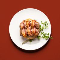 Hamburguesa de barritas de chocolate y caramelo con bacon