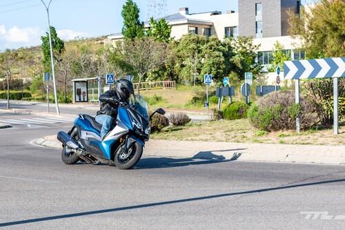 Probamos el Ariic 318: un scooter medio asequible para el carnet A2 con cámara frontal pero escaso de potencia
