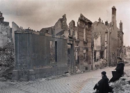H Civiles Observando Ruinas