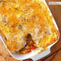 Cacerola de pollo y verduras, cubierta en pasta filo. Receta
