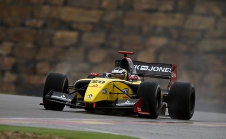 Kevin Magnussen da una lección de pilotaje en la primera carrera de la Fórmula Renault 3.5 en Aragón