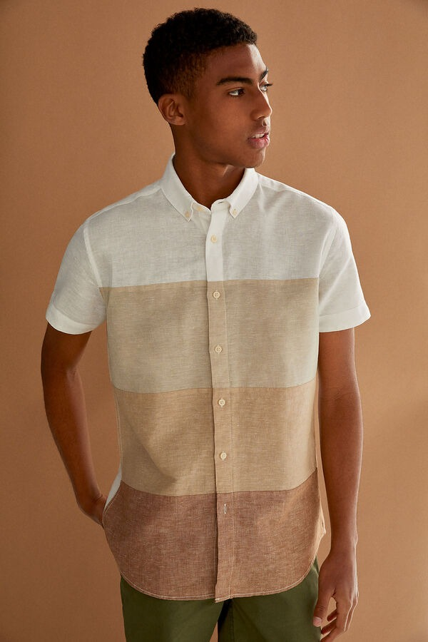 Camisa de manga corta, custom fit, en tejido de lino/algodón orgánico. Cuello abotonado.