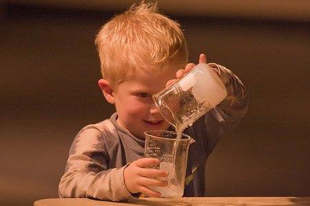 Niño con frascos.